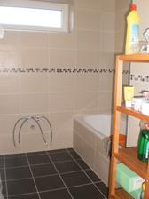 30.10.2012 este stol pod umyvadlo zmajstrovat, ale uz sme sa aj sprchovali