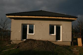 10.4.2013 dokončená druhá strana domu-zadná