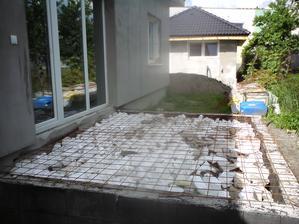 22.5.2012 príprava terasy-garáž je už omietnutá