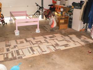 2.6.2013 rozložená mozaika na zemi v garáži