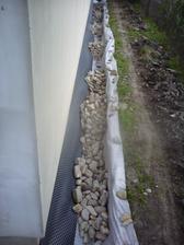 8.7.2013 pridaná geotextília a kamene na drenáž
