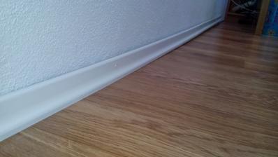aj vnutri trosku dokoncujeme - podlahove listy sa dockali
