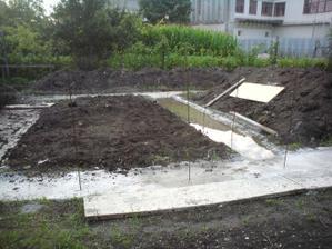 zem zo stredu som sa rozhodol vyhadzat- aj tak potrebujeme dvihnut pozemok o 20-30cm