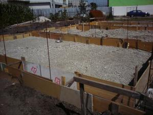 podoprete, prisypane, zviazane, vysky nanesene- cakame na beton