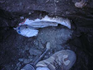 nasiel som prechodku na kanalizaciu a vodu- do 3/4 zaliata betonom