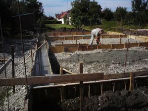 zbytok betonu (poistka) sme dali vyliat do stredu