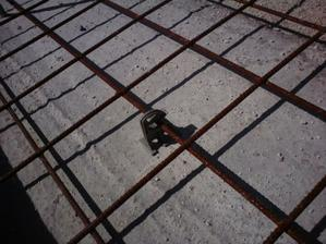 distancne podlozky rozhodene tak, aby siet nesedela na strku alebo betone