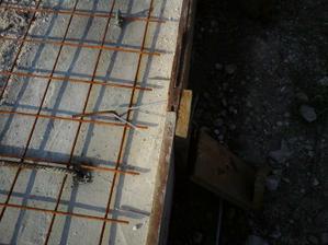 do betonu som vrtal diery a kladivom natlkol roxory 6tky- do dosky som navrtal dve diery, drotom spojil