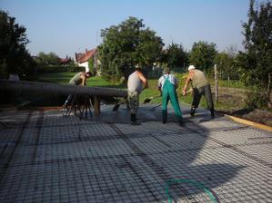 prvy krat sa na stavbe objavila firma-doviezli si ruru na liatie betonu a lopatovali