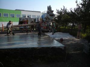 druha varka betonu na dosku- spolu ho bolo 11m3