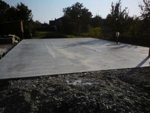 vecer po zaliati- krivolaky beton so stopami a tzv. ziletkami
