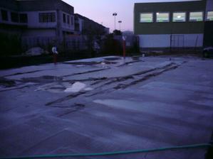 nahnevany som sa este v prvy vecer rozhodol nerovnosti zoskrabat, aby som napravil aspon trochu hornu plochu betonu