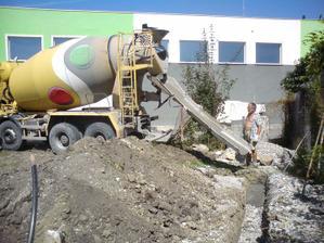 prvy beton v zakladoch garaze- trochu sme museli potiahnut do tohto rohu