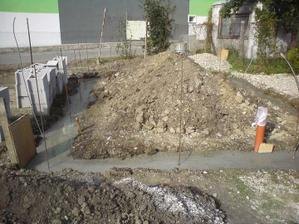 tvarnice dovezene, beton poliaty, cerpadlo znova napojene- mozeme ist oddychovat