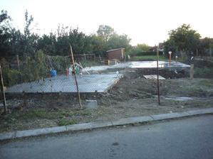 a takto to vyzeralo po betonazi garaze- zacina sa crtat rozlozenie stavieb na pozemku