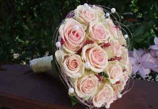 Kytice, jen růže bílé a perličky tyrkysové.