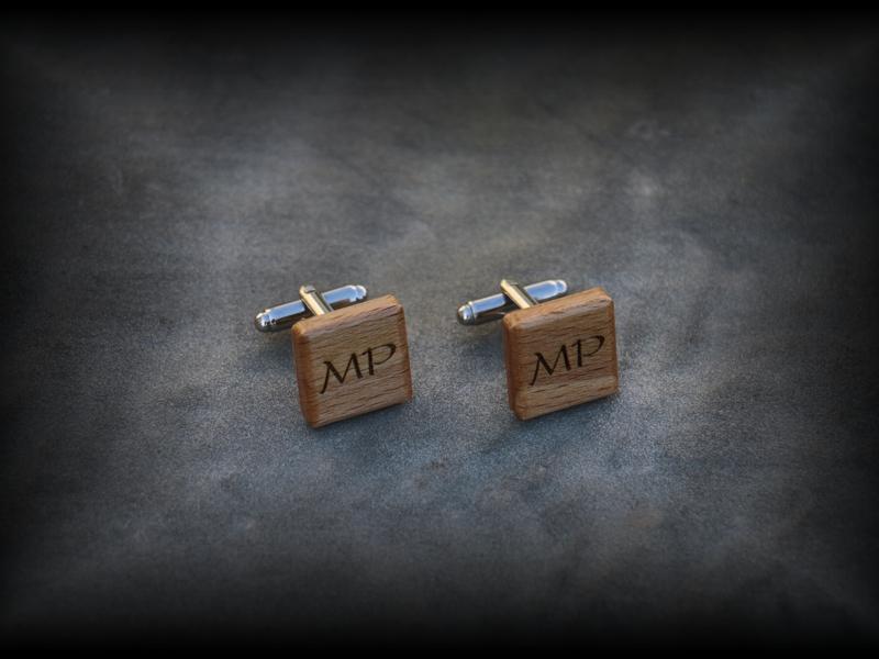 Dřevěné manžetové knoflíčky s monogramy - Více informací o tomto produktu naleznete na: http://www.svatebni-diar.cz/vyhledavani/?istr=man%C5%BEet&act=srch