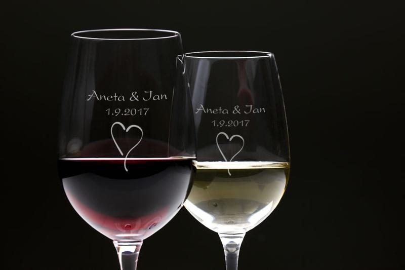 Skleničky na víno s Vaším textem v dárkové kazetě - Více o tomto produktu: http://www.svatebni-diar.cz/akce-valentyn-c25/sklenicky-na-vino-2ks-i726/