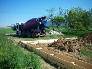 betonovanie základov - 36 m3 betónu