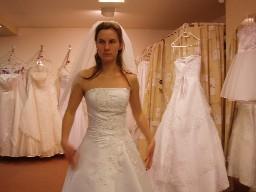 Výběr šatů byl obtížný.