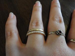 Tak v prvé řadě zásnubní prstýnek :-D