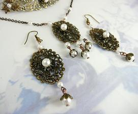...a k němu vytvořené náušnice a náhrdelník :-) (hřebínek trochu vykukuje vzadu)