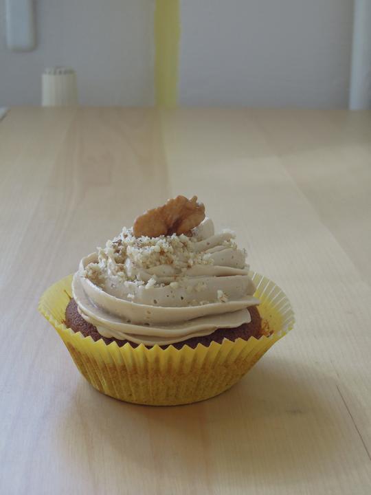 Kakaovy cupcake, plnka: orechy, rum, kava. Kavovy krem.