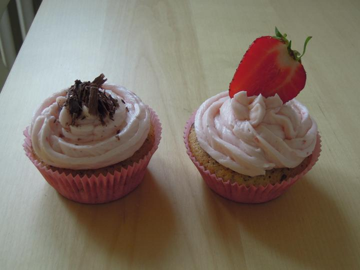 Vanilkovy cupcake s jahodovym zele a kremom.