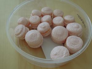 Moja prva skuska macarons... Nevedela som ako maju byt velke, tak su aj take aj take :-D