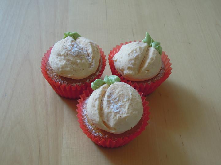 Cupcake´s and Co... moja nova zaluba... - Snaha o dekoraciu cupcakov na broskynky :-D