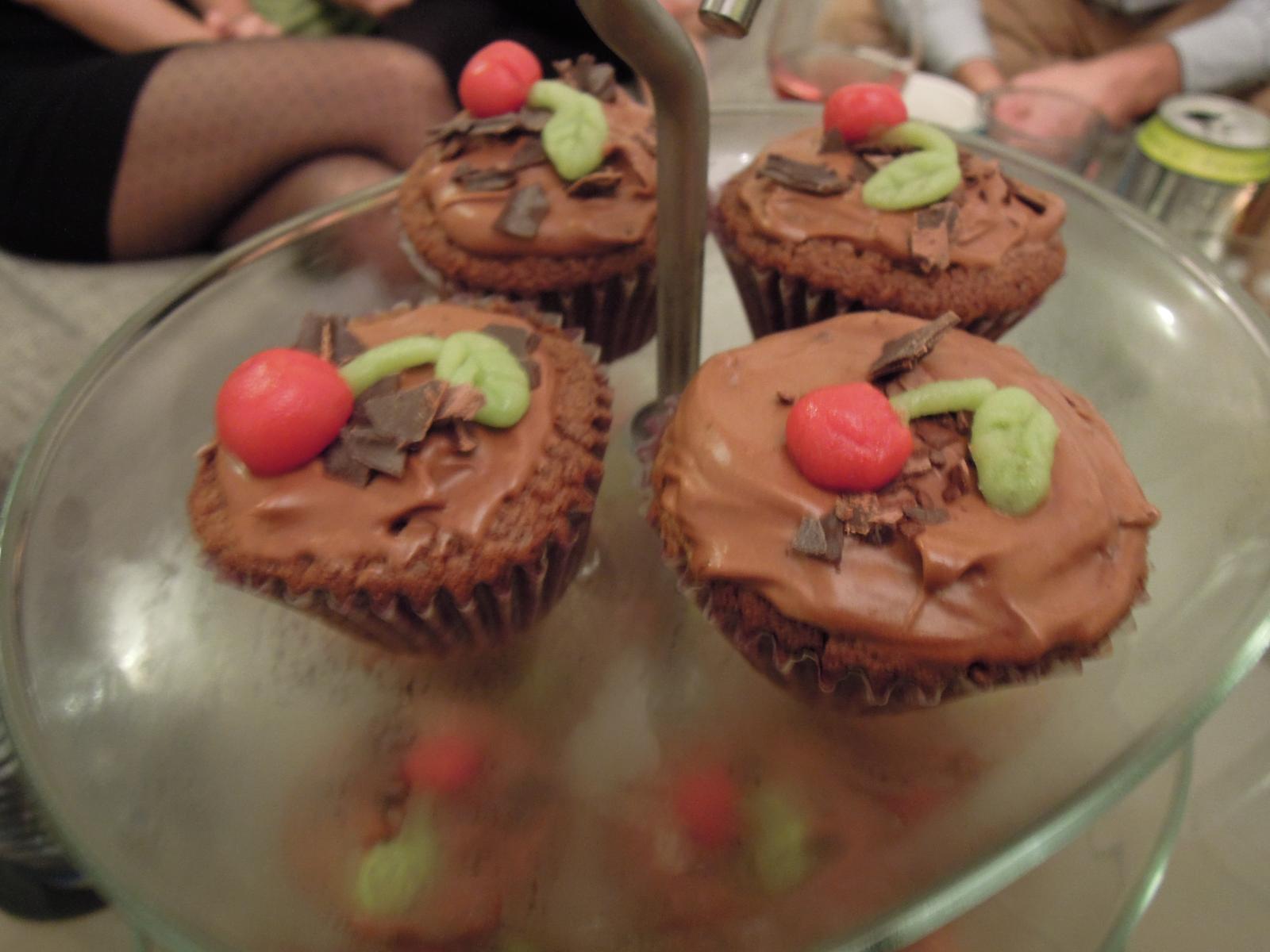 Cupcake´s and Co... moja nova zaluba... - Inak cokoladovy korpus, cokoladovy krem a vnutri visnove zele :-)