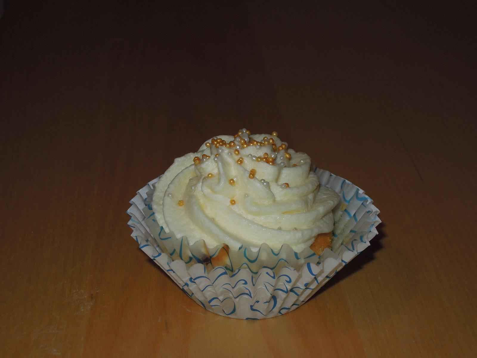 Cupcake´s and Co... moja nova zaluba... - Vanilkovy cupcakes s nutelou a vanilkovopomarancovy krem :-)