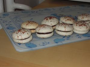 Hotove macarons s cokoladovou plnkou. PS: Odfotila som tie najpodarenejsie :-D
