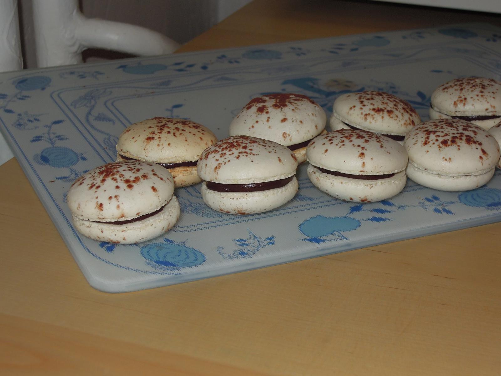Cupcake´s and Co... moja nova zaluba... - Hotove macarons s cokoladovou plnkou. PS: Odfotila som tie najpodarenejsie :-D