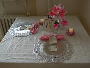Skuska dekorovania stola... PS: Nemam biely obrus doma tak som dala bielu latku na sitie :-D