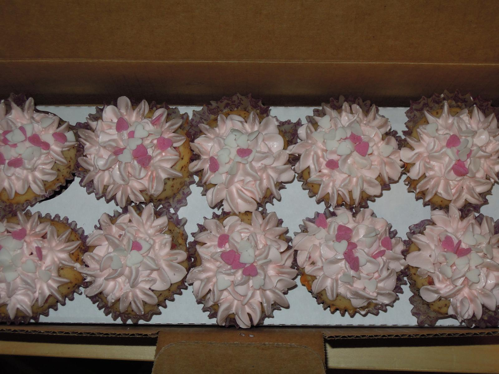 Pomaly zbieram... - Jahodove cupcakes nachystane v krabici :-)