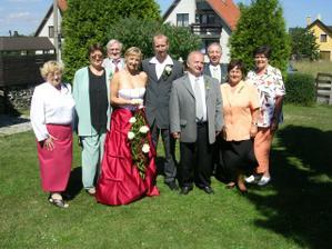 Rodinné foto, slunce svítilo, tak silně, že všichni mžouráme