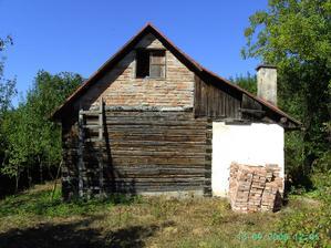 zadná stena chaty,ešte drevená