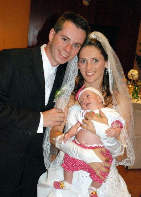 Viki{{_AND_}}Mirko Holuboví - s najmladším hosťom našej svadby-maličká Chiara