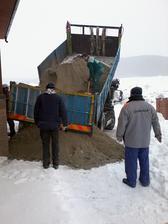 taká zima že ani betón sa nechcel zošupnúť z nákladiaka :-)
