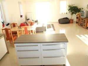 stôl aj stoličky zatiaľ provizórne aj obývaciu stenu budeme meniť