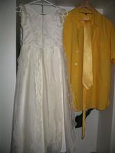 ženichova košile (teď už vyžehlená:) s kravatou a šaty družičky