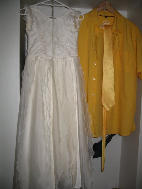Žlutá svatba 7. 7. 2007 - ženichova košile (teď už vyžehlená:) s kravatou a šaty družičky