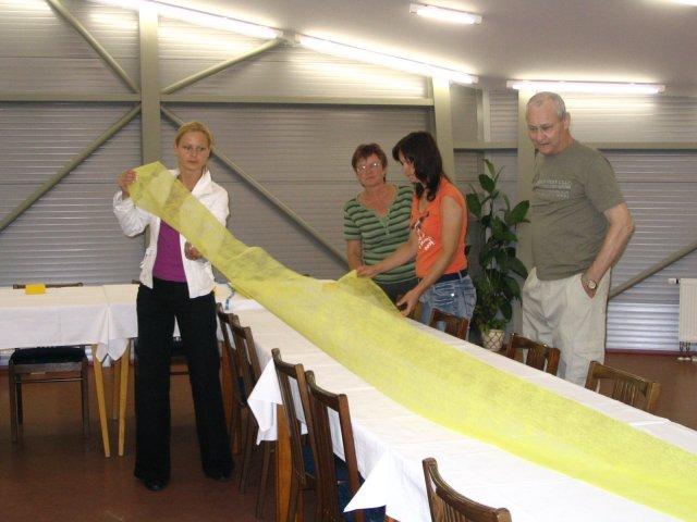 Simona Konečná{{_AND_}}Jan Hnilička - den před svatbou, pomáhala celá rodina připravovat svatební stoly :)