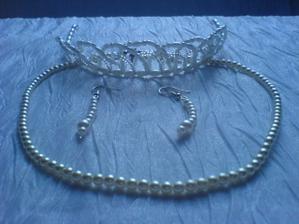 ozdůbky do vlasů, naušničky a náhrdelník
