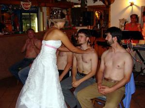 a ženicha podle ramen