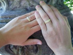 detailík prstýnků-foceno až na svatební cestě:-)