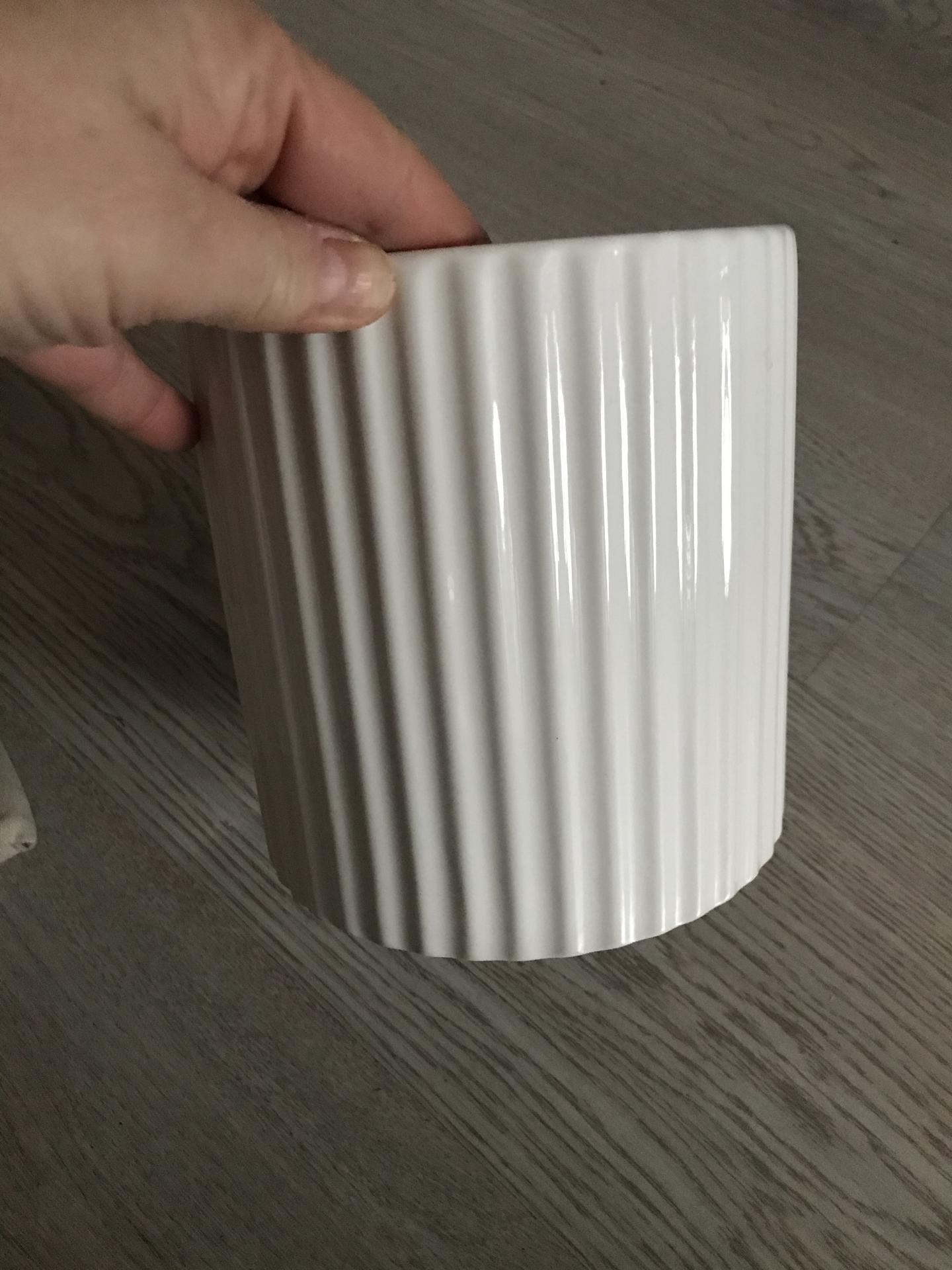 Dnes jsem se vydala okouknout Pepco a Action. Pepco bílý květináč-90 kč-pouziji jako vázu. Action-koš 145 kč ( výška 30 cm,průměr 40 cm a běhoun na stůl -lněný 79 kč.  Tak a už nikde nejdu😂😂😂 - Obrázek č. 1