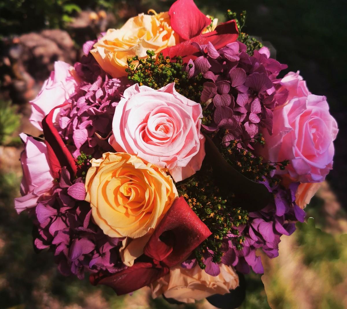 Svadobné kytice a pierka zo živých stabilizovaných kvetov a zelene, ktoré roky nevädnú. Kytice čakajú na svoje nevesty :). - Obrázok č. 17