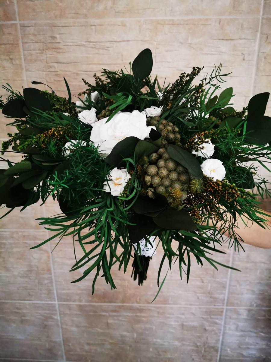 Svadobné kytice a pierka zo živých stabilizovaných kvetov a zelene, ktoré roky nevädnú. Kytice čakajú na svoje nevesty :). - Obrázok č. 18